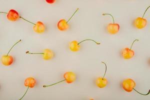 gula körsbär på vit bakgrund foto