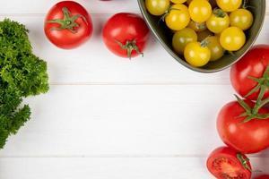 ovanifrån av grönsaker som koriander tomat på trä bakgrund med kopia utrymme