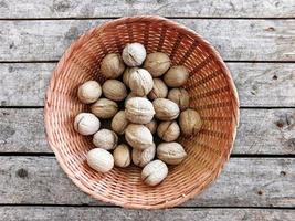 nötter på trä bakgrund foto