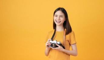 kvinna turist innehav kamera