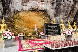 buddha statyer vid wat phra phutthachai foto