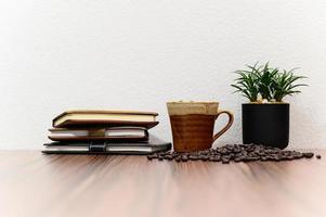 anteckningsböcker och kaffebönor på skrivbordet foto