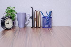 anteckningsböcker och pennor på skrivbordet foto