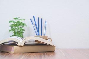 böcker på skrivbordet foto