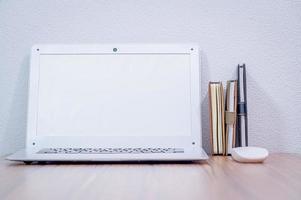 bärbar dator på skrivbordet foto