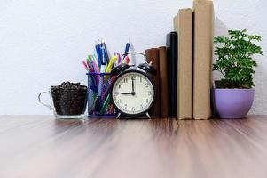 böcker och andra föremål på skrivbordet foto