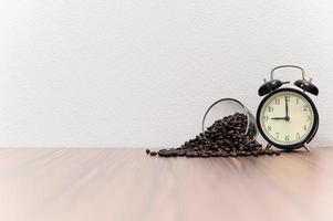 kaffebönor på skrivbordet foto