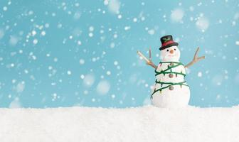 glad snögubbe som står i vinterjullandskap foto
