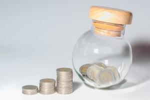 pengar på en vit bakgrund foto
