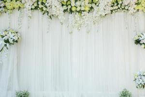 vita blommor på väggen foto