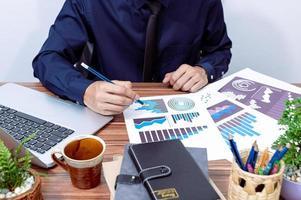 affärsman som arbetar vid sitt skrivbord