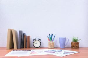 böcker och brevpapper på skrivbordet foto