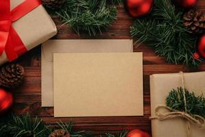 god jul gratulationskort mockup mall med julklapp dekorationer