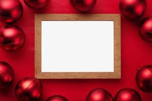 mall för god julram mockup med julgranskulor
