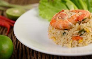 räkor stekt ris på en vit tallrik foto