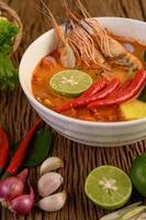 varm och kryddig tom yum kung thai soppa foto