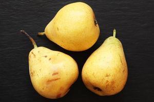 tre päron på skiffer