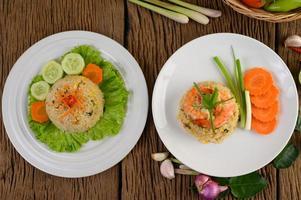 räkor stekt ris på en vit tallrik