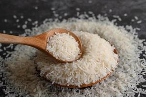 närbild av malet ris i skålar