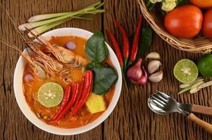 varm och kryddig tom yum kung thai soppa