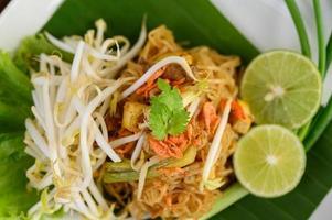 pad thai maträtt på ett bananblad