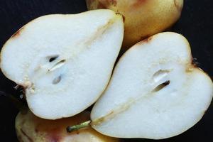 skivade päron på svart