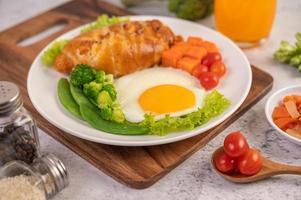 färsk äggcroissant och grönsaksfrukost