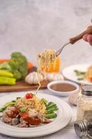 spagetti med tomater, koriander och basilika
