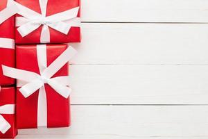 jul och nyår med röd presentaskdekoration på vit träbord bakgrund ovanifrån med kopia utrymme