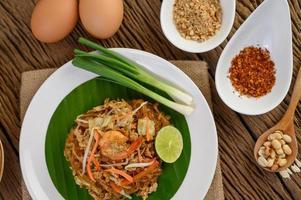 tallrik med pad thai räkor med lime och ägg