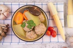 fläskköttbullsoppa omgiven av ingredienser
