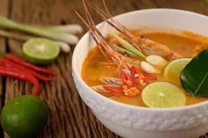 thailändsk varm kryddig soppa som heter tom yum kung med räkor foto