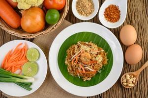 pad thai räkor i en skål med ägg, vårlök och kryddor
