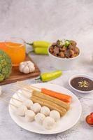 fläskköttbullar och spett med korv och grönsaker