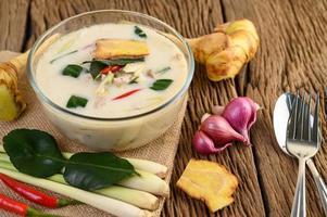 tom kha kai, thailändsk kokosnötsoppa på träköksbräda
