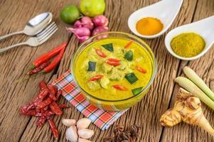 kryddig grön curry i en skål med kryddor