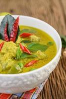 närbild av grön curry