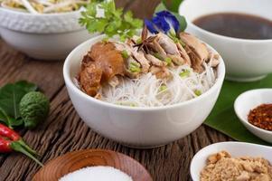kyckling och nudlar i en skål med sidrätter