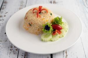 stekt ris med ägg på en träbakgrund