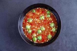 räkor-pasta sås i en svart skål foto
