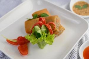 stekt äggrulle med sallad