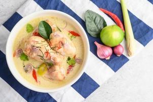 tom kha kai, thailändsk kokosnötsoppa på en blå randig trasa