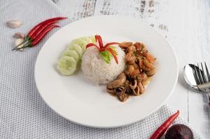 ris toppat med stekt basilika med bläckfisk och räkor