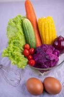 tomater, morötter, gurkor, lök, ägg och lila kål