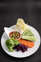 sås i en skål med grönsaker