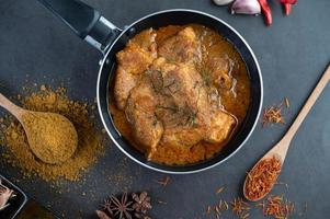 massaman thailändsk curry med kryddor