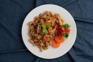 räkor och makaroner med morötter, tomater och sallad