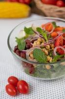 färsk grönsaks- och fruktsallad i en glasskål
