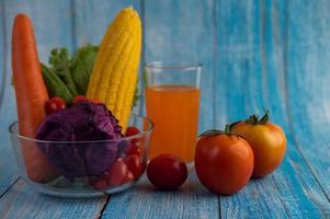 tomater, morötter, gurkor och lila kål