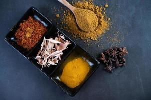kryddor på en grå köksytan